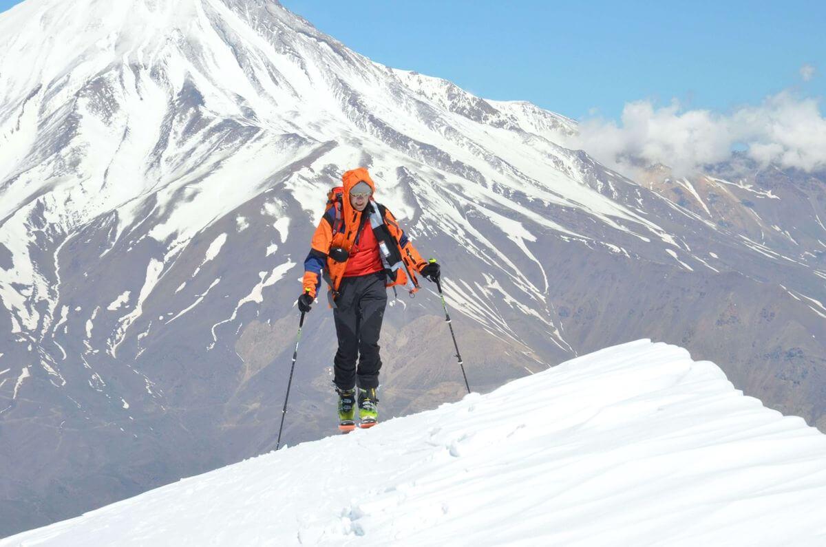 Alibabatrek iran ski tours iran ski touring iran skiing on mount damavand solo traveler skiing